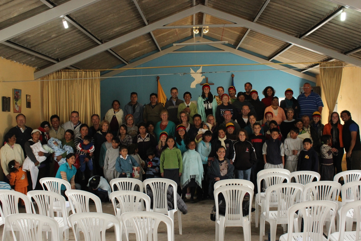 Dan's team with the people of Buen Pastor de Cangaua Iglesia del Pacto Evangélico.