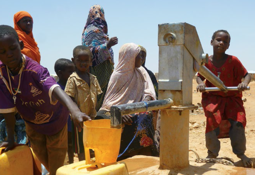 Children in Garowe, the capital of Puntland, Somalia – home to thousands of families displaced by conflict – access clean water using a pump funded by EU aid. Photo: Malini Morzaria / EU / ECHO