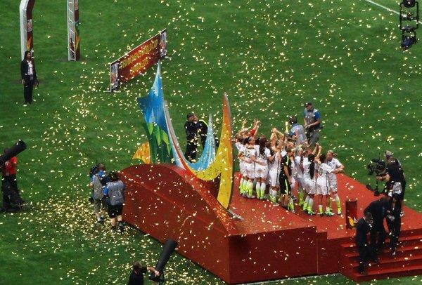 rsz_us_trophy_presentation_usa_vs_japan_2015_wwc_final_2015-07-0519506667982