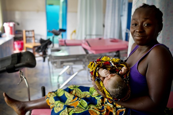 A woman holds her newborn in the public hospital in Buchanan, Liberia. (Photo credit: Jhpiego/Kate Holt)